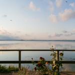 Der direkte Blick aus dem geöffneten Schlafzimmerfenster - Im Hintergrund die Fehmarnsundbrücke.