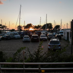 Der Sonnenuntergang findet direkt vor dem Balkon in prächtiger Hafenatmosphäre statt.